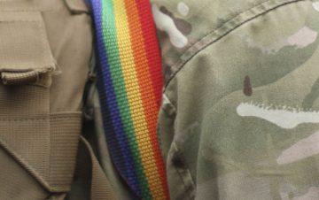 soldado gay slider beso marino a su esposo