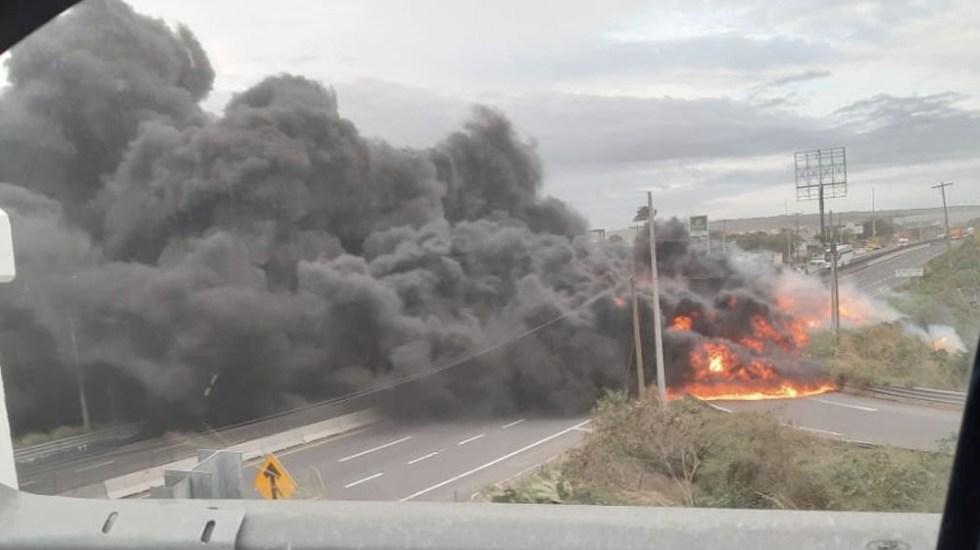 pipa vuelca y se incendia en carretera cardel veracruz