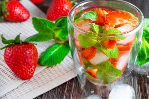 bebidas refrescantes fresas y menta