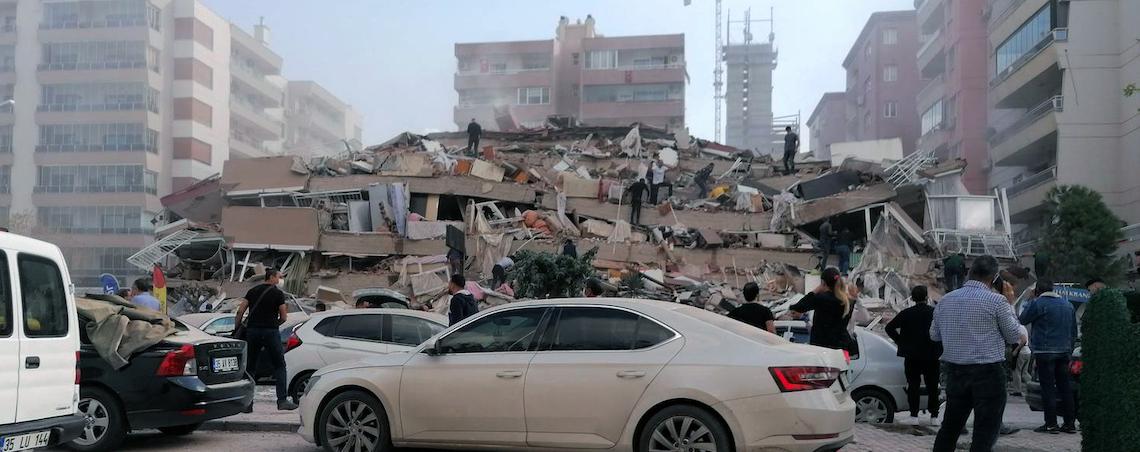 Fuerte terremoto en Turquía provoca alerta de tsunami