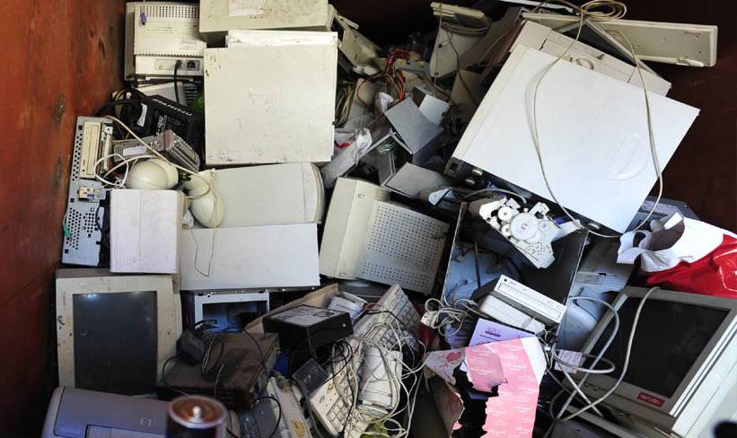 desechos electrónicos a los contenedores especiales