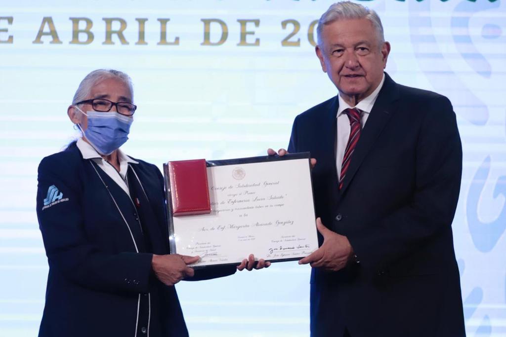 Entregan Premio al Mérito a médicos y enfermeras