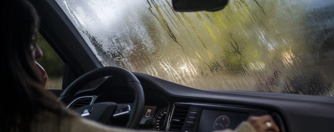 Desempaña los vidrios del coche fácilmente mientras llueve