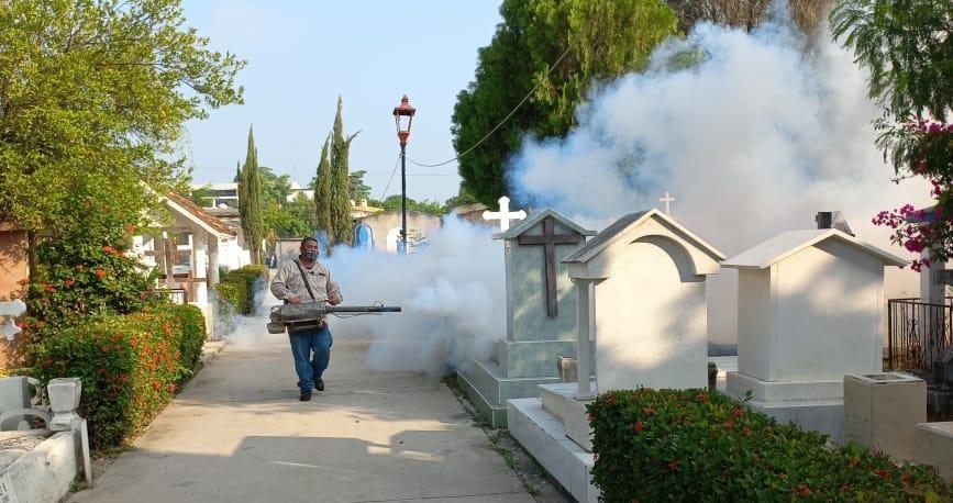 Fumigan panteones de Valles